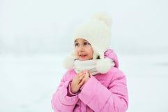 Portrait de l'enfant mignon de petite fille regardant loin en hiver Image libre de droits