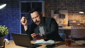 Portrait de l'entrepreneur épuisé travaillant le baîllement en retard alors dormant sur l'ordinateur portable banque de vidéos