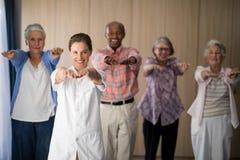 Portrait de l'exercice femelle de sourire de docteur et d'aînés Images stock