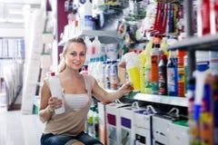 Portrait de l'heureux client féminin prenant la bouteille photo libre de droits