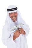 Portrait de l'homme arabe mûr tenant des dollars Image stock