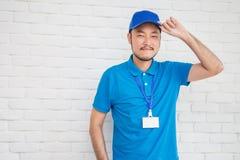Portrait de l'homme asiatique de la livraison heureuse d'isolement sur le fond blanc images stock
