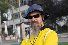 Portrait de l'homme avec la barbe, le chapeau et les lunettes de soleil Photographie stock libre de droits