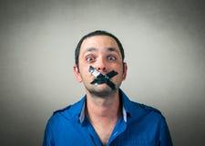 Portrait de l'homme avec la bouche attachée du ruban adhésif Photographie stock