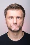 Portrait de l'homme avec la bouche raccordée Photo libre de droits