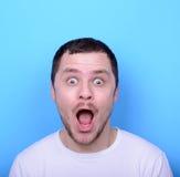 Portrait de l'homme avec le visage drôle sur le fond bleu Images libres de droits