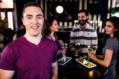 Portrait de l'homme ayant une boisson avec des amis Photos stock