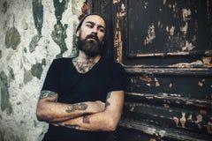 Portrait de l'homme barbu brutal utilisant le T-shirt vide image libre de droits