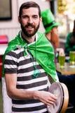 Portrait de l'homme célébrant le jour de St Patricks Photographie stock