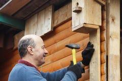 Portrait de l'homme caucasien sûr travaillant dans le jardin Photographie stock