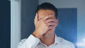Portrait de l'homme choqué faisant le facepalm Homme d'affaires désagréable étonné Concept de déception, honte et banque de vidéos