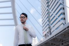 Portrait de l'homme d'affaires asiatique bel se tenant avec le costume formel Images stock