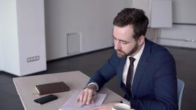 Portrait de l'homme d'affaires bel, qui lit le contrat dans la salle de conférence clips vidéos