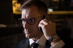 Portrait de l'homme d'affaires caucasien élégant bel sérieux parlant au téléphone image stock