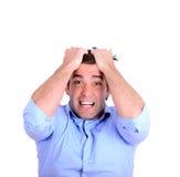 Portrait de l'homme d'affaires fâché extrême tirant des cheveux et le screamin Photos libres de droits