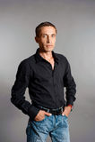 Portrait de l'homme dans la chemise noire photo stock