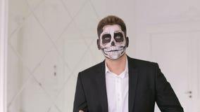 Portrait de l'homme dans le costume avec le maquillage de crâne de Halloween montrant ses émotions Diable banque de vidéos