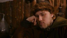 Portrait de l'homme dans le costume ethnique russe jouant des ?checs banque de vidéos