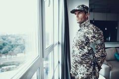 Portrait de l'homme dans l'uniforme militaire près de la fenêtre photo libre de droits