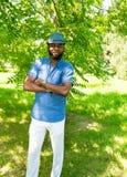 Portrait de l'homme de couleur gai d'Afro-américain souriant sur la nature Image libre de droits