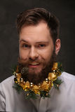 Portrait de l'homme de nouvelle année, longue barbe avec des décorations de Noël Photos stock