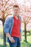 Portrait de l'homme dehors avec des fleurs de cerisier Images stock