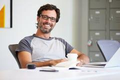 Portrait de l'homme en passant habillé travaillant dans le studio de conception images stock
