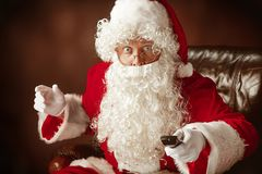 Portrait de l'homme en Santa Claus Costume Photo stock