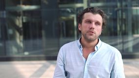 Portrait de l'homme exprimant la frustration et la fatigue banque de vidéos