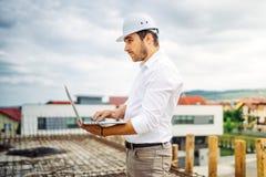 Portrait de l'homme, fonctionnement masculin sur le chantier de construction Concept d'ingénieur, de travailleur et d'architecte photos stock