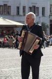 Portrait de l'homme jouant l'accordéon dans la rue image stock