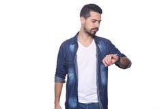 Portrait de l'homme latin regardant sa montre Photographie stock libre de droits