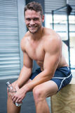 Portrait de l'homme musculaire de sourire reposant et regardant l'appareil-photo Photo stock