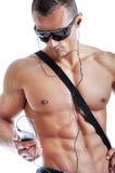 Portrait de l'homme musculaire puissant écoutant la musique images stock