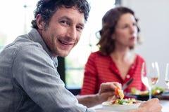 Portrait de l'homme prenant le déjeuner avec ses amis Image libre de droits
