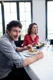 Portrait de l'homme prenant le déjeuner avec ses amis Photo stock
