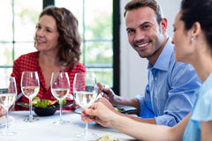 Portrait de l'homme prenant le déjeuner avec ses amis Photos libres de droits