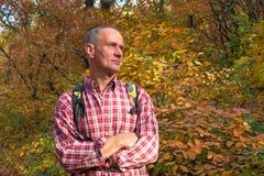 Portrait de l'homme qui se tient profondément dans la pensée sur le backgroun photos stock
