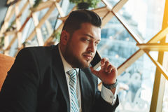 Portrait de l'homme réussi d'affaires parlant dessus Photographie stock