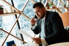Portrait de l'homme réussi d'affaires parlant dessus Photos stock