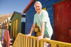 Portrait de l'homme se tenant à la hutte de plage Image stock