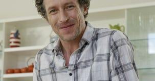 Portrait de l'homme souriant et faisant cuire banque de vidéos