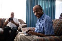 Portrait de l'homme supérieur à l'aide de l'ordinateur portable Photos stock