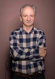 Portrait de l'homme supérieur bel de sourire regardant l'appareil-photo o Image stock