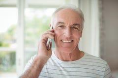 Portrait de l'homme supérieur heureux parlant au téléphone portable Photos libres de droits