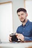 Portrait de l'homme tenant l'appareil-photo Photos stock