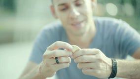 Portrait de l'homme tenant le bitcoin dans sa main clips vidéos