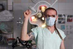 Portrait de l'infirmière masculine ICU avec le tatouage et les dreadlocks photo stock