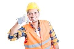 Portrait de l'ingénieur de sourire heureux faisant appelant vous faites des gestes Photos stock