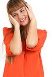 Portrait de la bâche de jeune femme avec des mains ses oreilles, o d'isolement Photos libres de droits